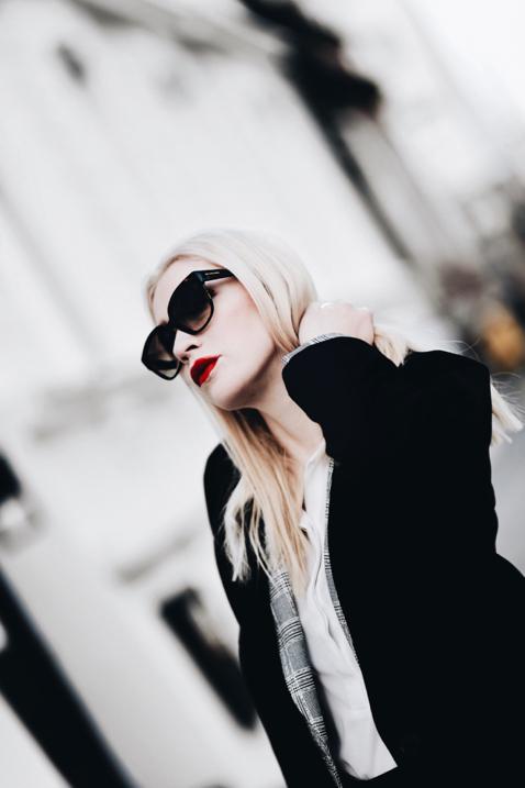 czarny-płaszcz-stylizacja-jak-nosić
