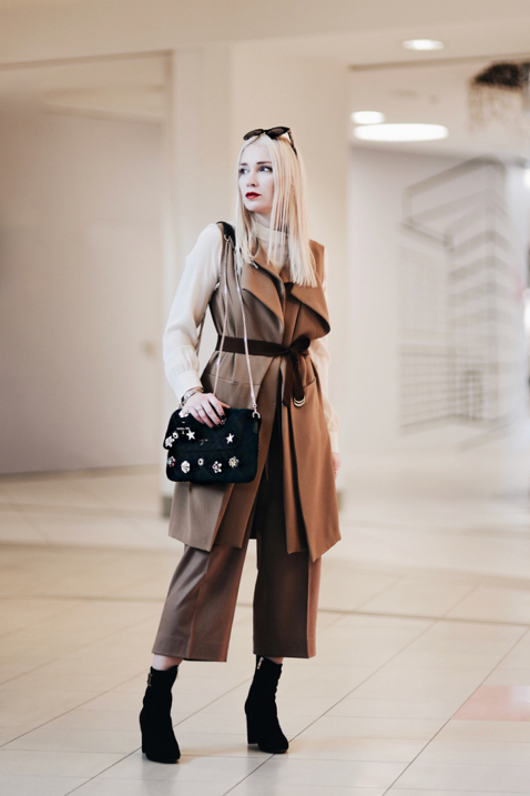 jesienna-stylizacja-w-odcieniach-beżu-i-brązu