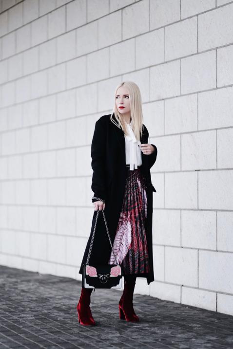 welurowe-botki-plisowana-spódnica-bizuu-biała-koszula-czarny-płaszcz-stylizacja