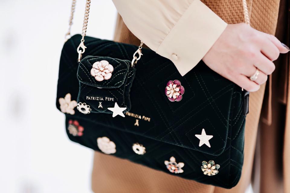 dwie-torebki-noszone-na-raz-mała-i-duża-stylizacja
