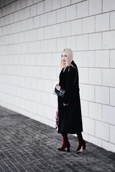 czarny-płaszcz-jak-nosić-stylizacja-na-jesień-zimę