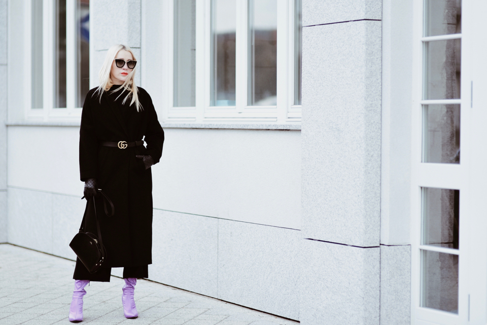 jakie-dodatki-jakie-buty-do-czarnego-płaszcza-stylizacja