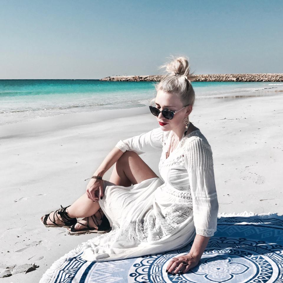 biała-sukienka-sesja-na-plaży-w-omanie
