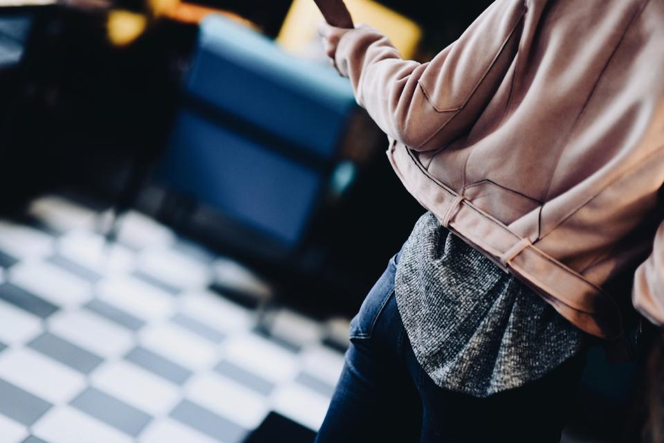 różowa-kurtka-ramoneska-stylizacja-jak-nosić