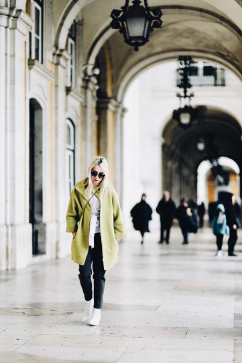 limonkowy-płaszcz-biała-koszula-jak-nosić-do-czego-nosić-stylizacja