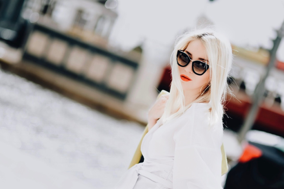 koszula-z-wiązaniem-okulary-prada-tramwaj-lizbona-sesja-w-lizbonie-stylizacja