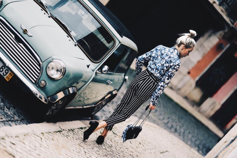 spodnie-w-paski-koszula-we-wzory-stylizacja-jak-nosić-torebka-saint-laurent-medium-envelope