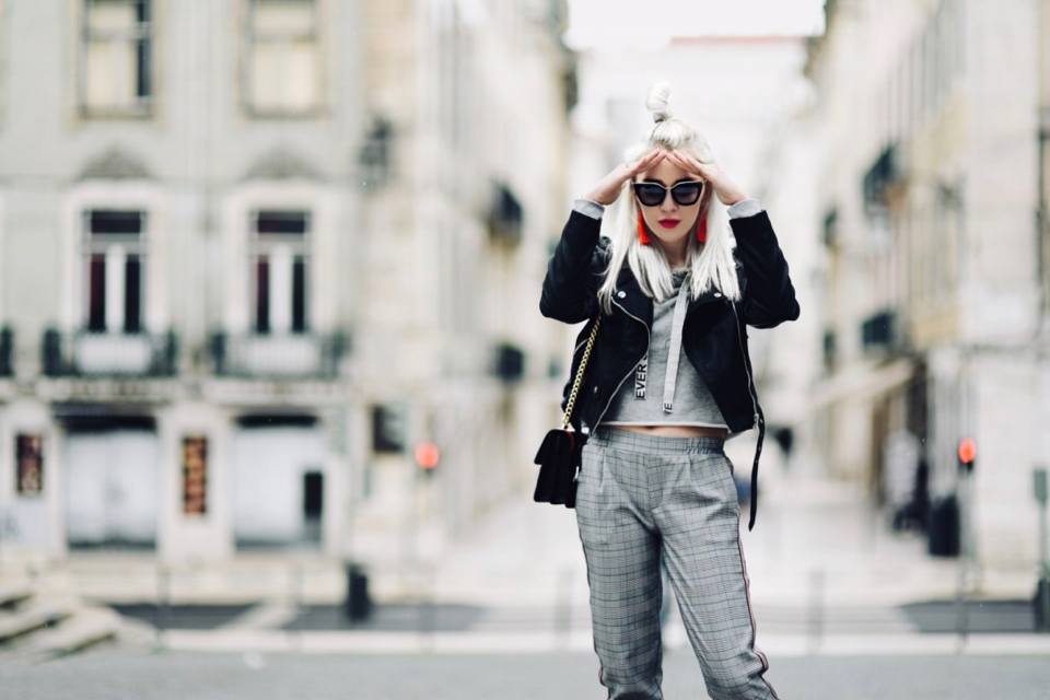 spodnie-z-lampasem-z-lampasami-bluza-z-kapturem-długie-skarpetki-z-paskami-stylizacja-na-co-dzień-na-luzie