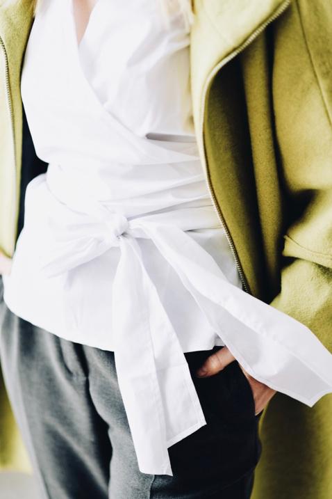biała-koszula-z-wiązaniem-jak-nosić-do-czego-stylizacja