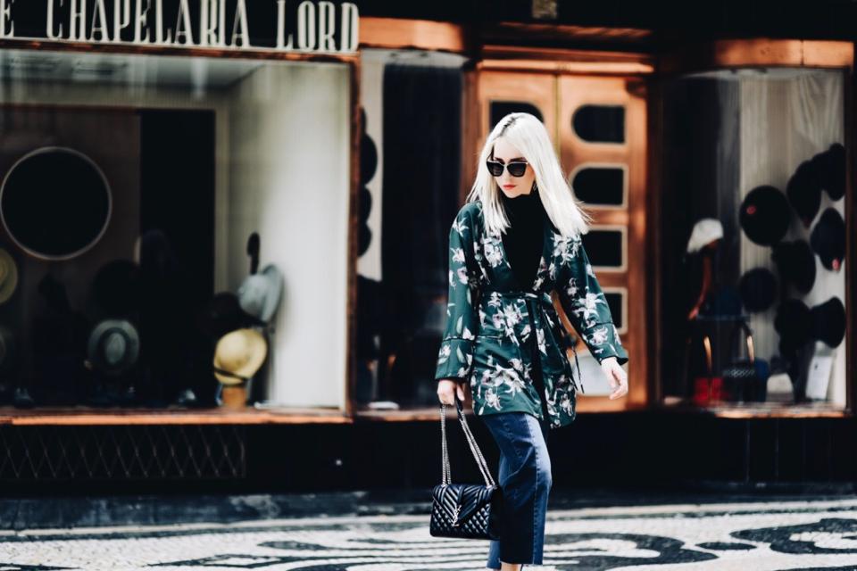 wyjazd-w-stylu-bleisure-narzutka-kimono-w-kwiaty-kappahl-jak-nosić-stylizacja