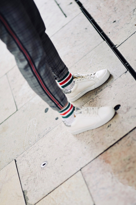 jakie-skarpety-do-białych-adidasów-do-sneakersów-stylizacja