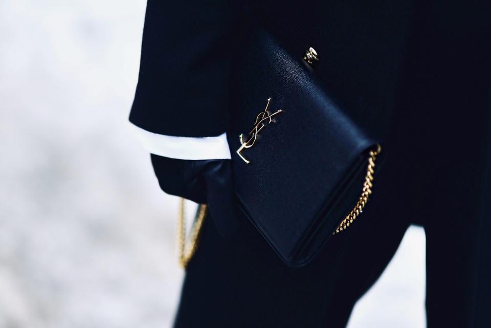 czarny-płaszcz-ze-złotymi-guzikami-torebka-saint-laurent-stylizacja