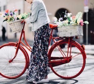 sesja-z-rowerem-stylizacja-na-wiosnę