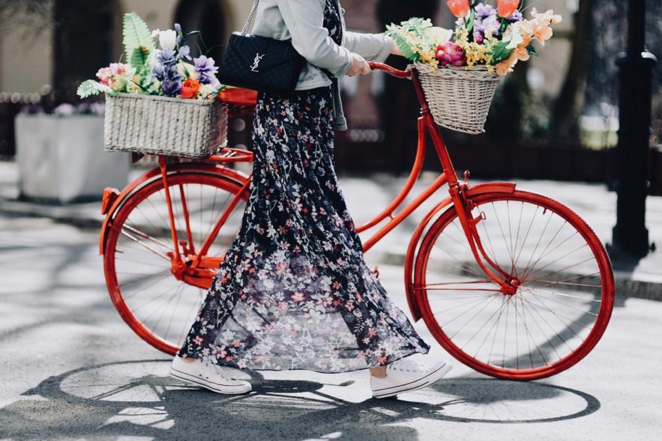 jakie-buty-do-długiej-sukienki-płaskie-buty-do-sukienki-jakie-pasują-stylizacja
