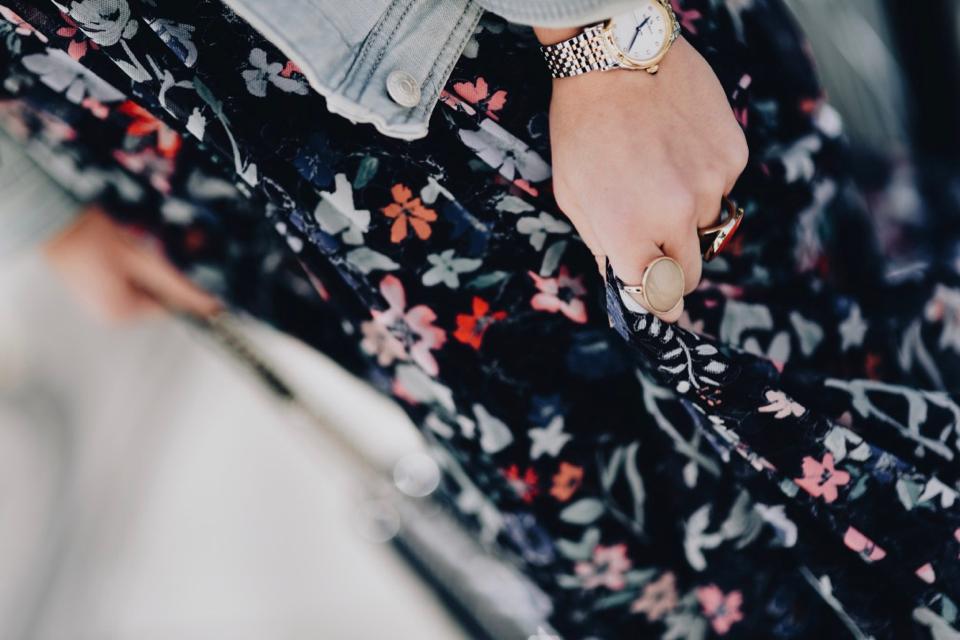 kwiecista-sukienka-na-wiosnę-stylizacja
