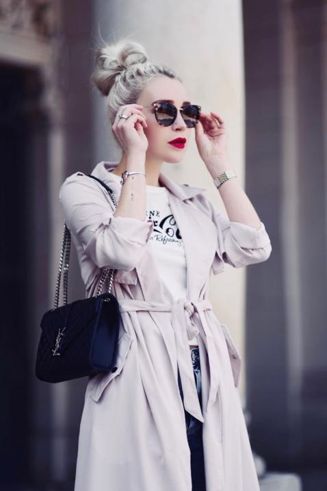 różowy-płaszcz-trencz-w-pastelowym-kolorze-do-czego-pasuje-jak-nosić-na-co-dzień-stylizacja