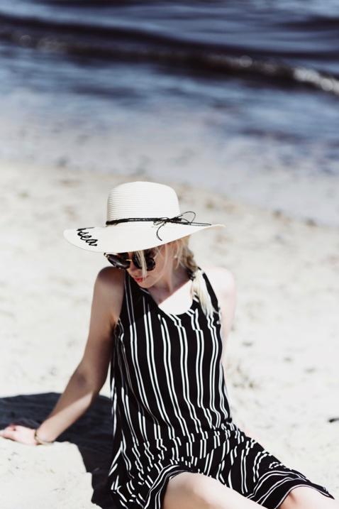 kapelusz-z-napisem-zdjęcia-na-plaży-stylizacja-blog-o-modzie-gdańsk