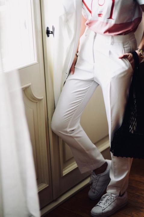 biała-marynarka-białe-spodnie-w-kant-do-czego-nosić-do-czego-ubierać-jak-nosić-stylizacja