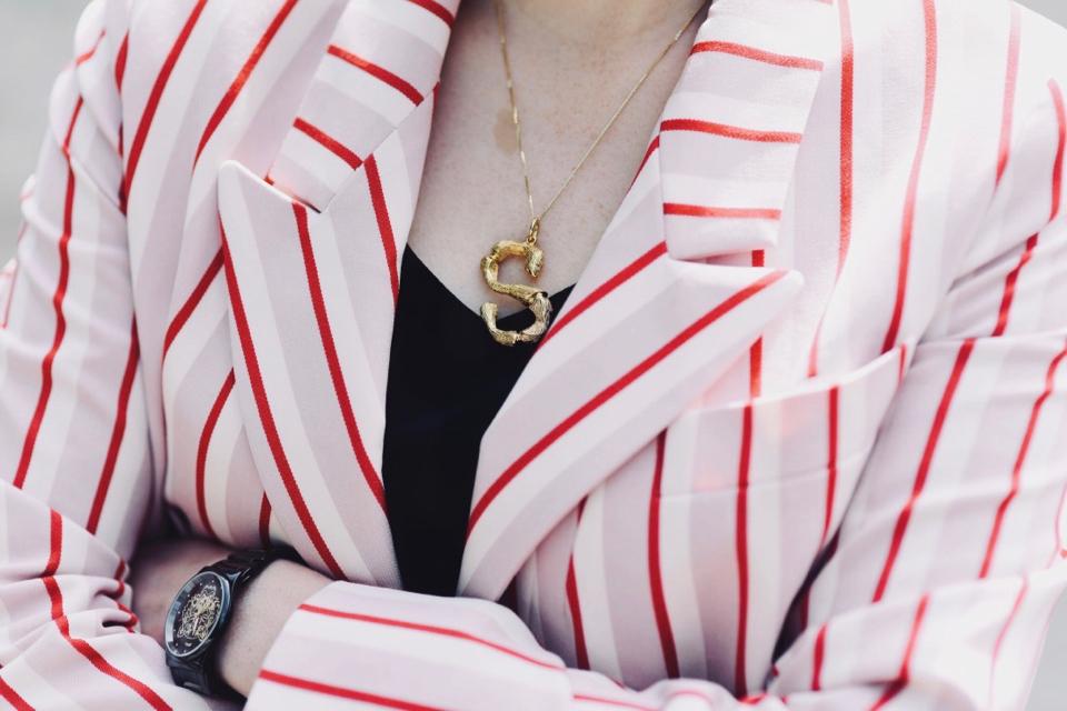 celine-naszyjnik-alphabet-necklace-różowa-marynarka-w-paski-eleganckie-białe-spodnie-stylizacja