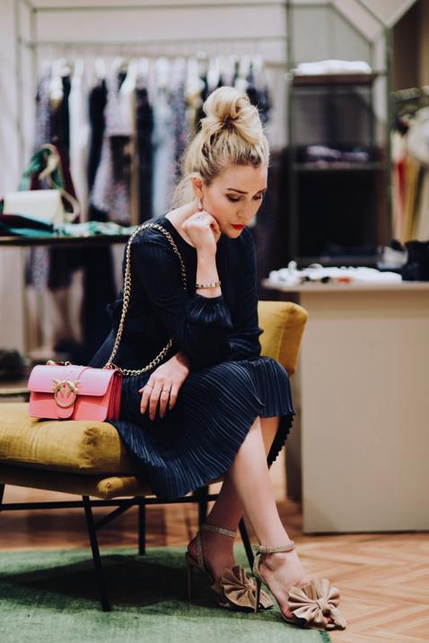 stylizacja-na-wesele-2018-jakie-buty-do-granatowej-sukienki-stylizacja