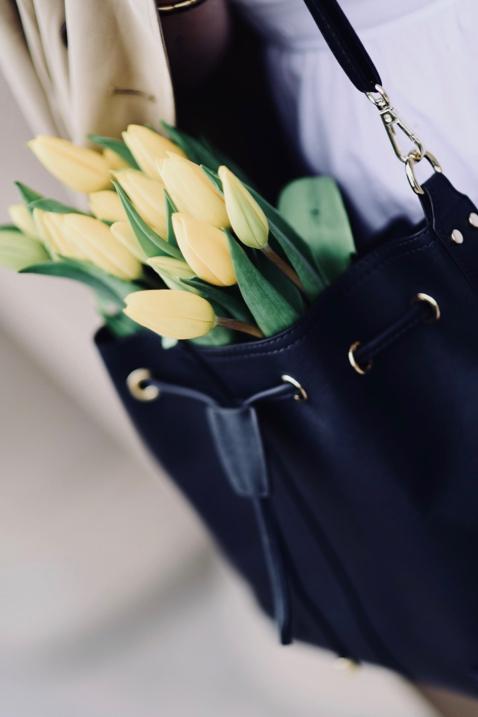 kwiaty-w-torebce-sesja-zdjęciowa-gdańsk-biała-sukienka-granatowa-torebka-beżowy-trencz-stylizacja