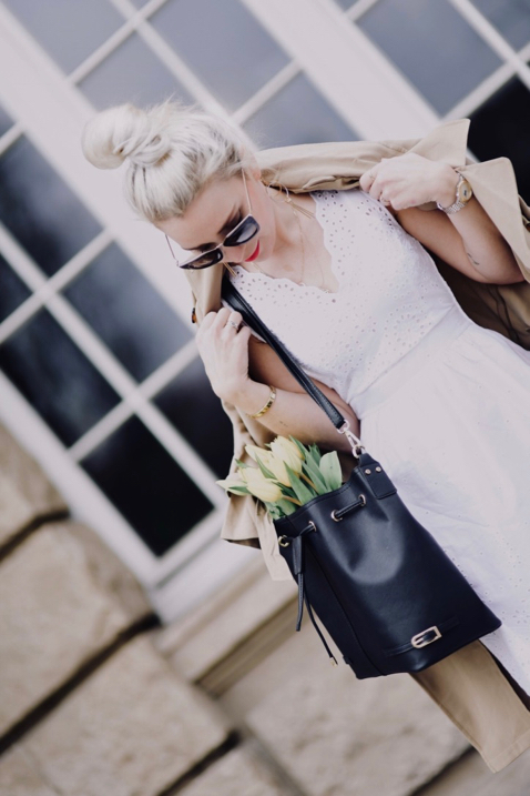 biała-sukienka-do-trencza-co-narzucić-na-białą-sukienkę-kwiaty-w-torebce-sesja-zdjęciowa-z-kwiatami-stylizacja