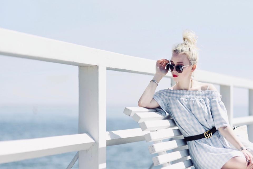sukienka-bez-ramion-pasek-gucci-stylizacja-molo-orłowo-sesja-blogerka-modowa