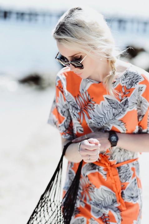 pomarańczowa-sukienka-do-czego-pasuje-jakie-dodatki-wybrać-stylizacja