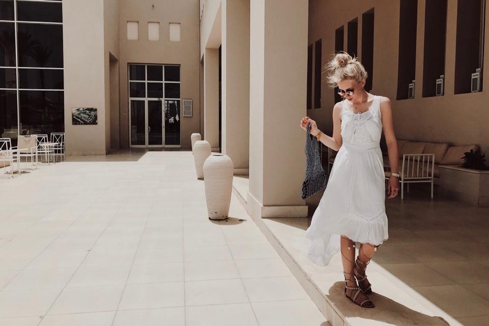 biała-sukienka-długa-sukienka-maxi-jak-nosić-do-czego-nosić-stylizacje