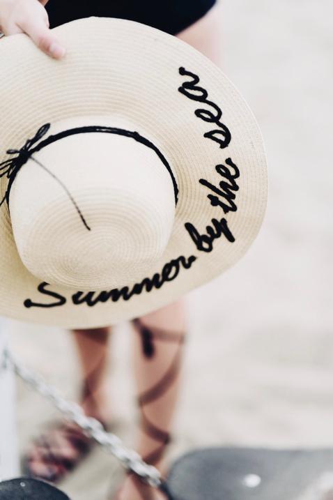 kapelusz-z-napisem-z-wyhaftowanym-hasłem-gdzie-kupić-sesja-zdjęciowa