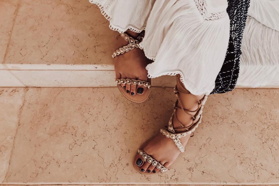 jakie-buty-do-białej-sukienki-sandały-do-sukienki-jakie-pasują-stylizacja