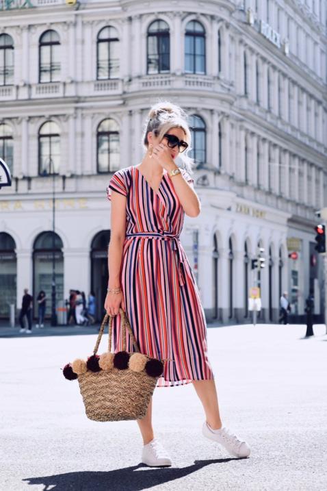 sukienka-w-paski-na-lato-stylizacja-do-jakich-butów-nosić