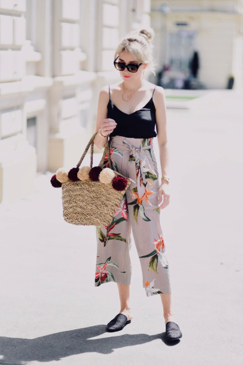 jaka-bluzka-do-wzorzystych-spodni-klapki-mule-stylizacja-blog-modowy