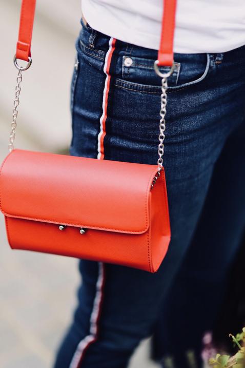 czerwona-torebka-do-czego-pasuje-do-czego-nosić-stylizacja