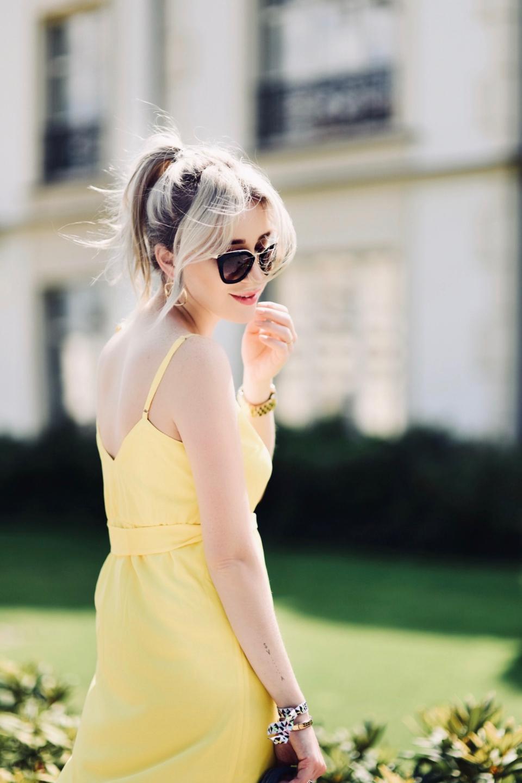 grzywka-na-boki-blond-włosy-z-ciemniejszym-odrostem-blog