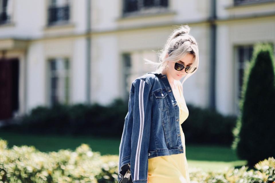 czy-katana-jeansowa-pasuje-do-sukienki-czy-można-łączyć-katanę-i-sukienkę-stylizacja letnia impreza