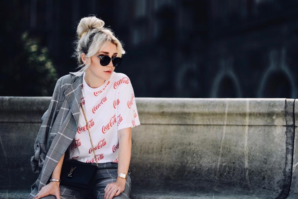 nadruk-coca-cola-bluzka-we-wzory-stylizacja-do-czego-nosić