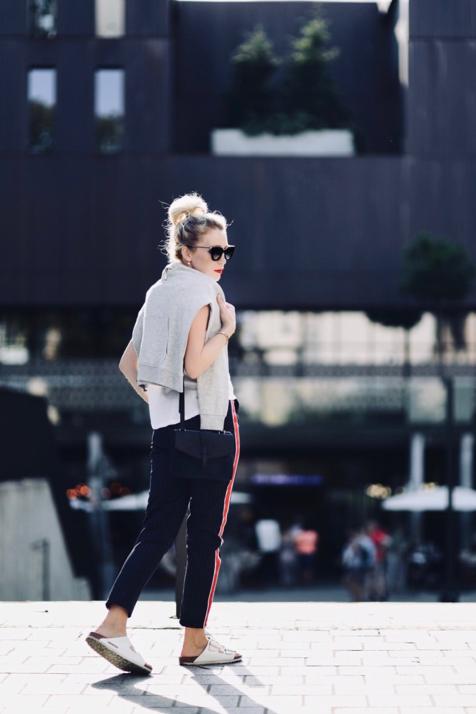 spodnie-z-lampasem-spodnie-z-paskami-z-boku-do-czego-nosić-do-czego-ubierać-stylizacja