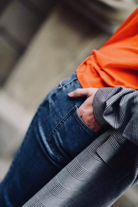 jesienna-stylizacja-z-jeansami-jeansy-na-jesień-do-płaszcza-i-kowbojek-stylizacja