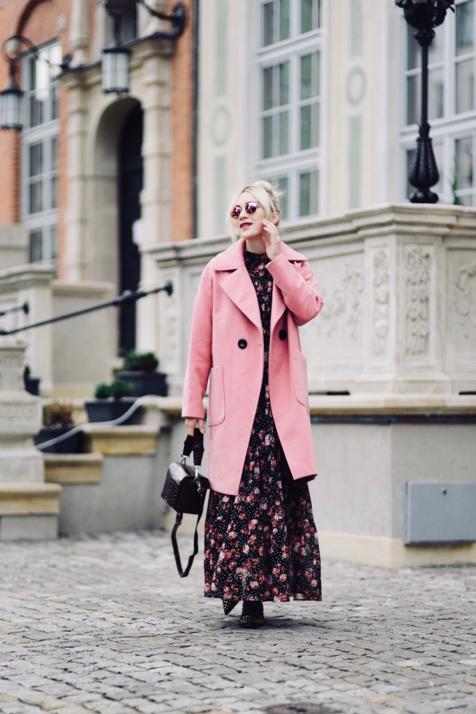różowy-płaszcz-stylizacje-do-czego-nosić-jak-nosić-do-czego-pasuje