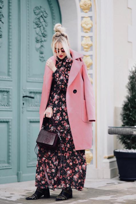 różowy płaszcz na jesień stylizacja do czego nosić jak nosić do czego pasuje