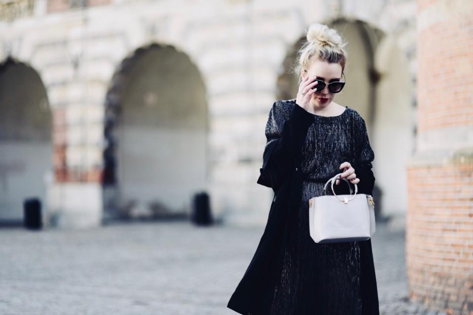 błyszcząca-sukienka-stylizacja-jak-nosić-na-co-dzień