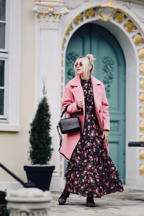 różowy-płaszcz-na-jesień-stylizacja-do-czego-nosić-jak-nosić-do-czego-pasuje