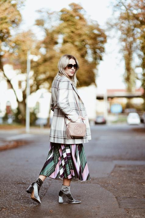 skarpetowe-botki-plisowana-spódnica-płaszczyk-w-kratę-torebka-gucci-stylizacja
