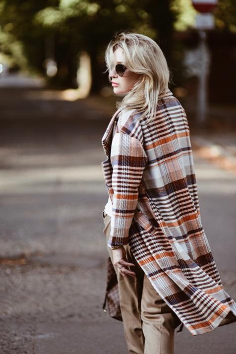 płaszcz-w-kratę-w-kratkę-reserved-oversizowy-płaszcz-stylizacja