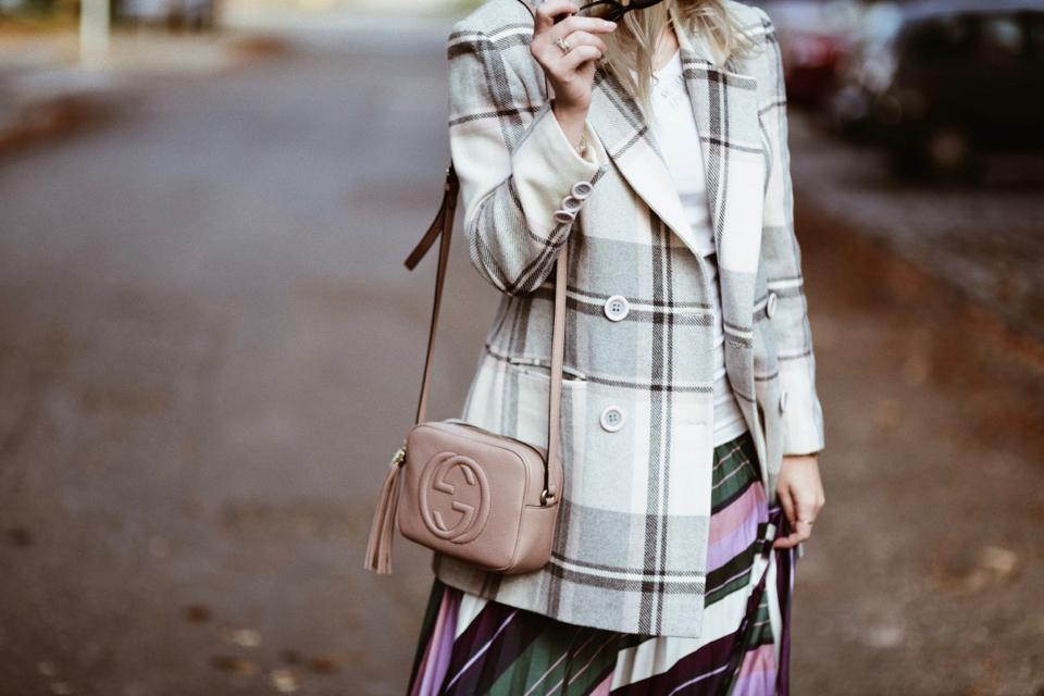 stylizacja-na-jesień-jesienne-trendy-w-stylizacji-blog-o-modzie-koszulka-ciążowa-bluzka-ciążowa-do-spódnicy