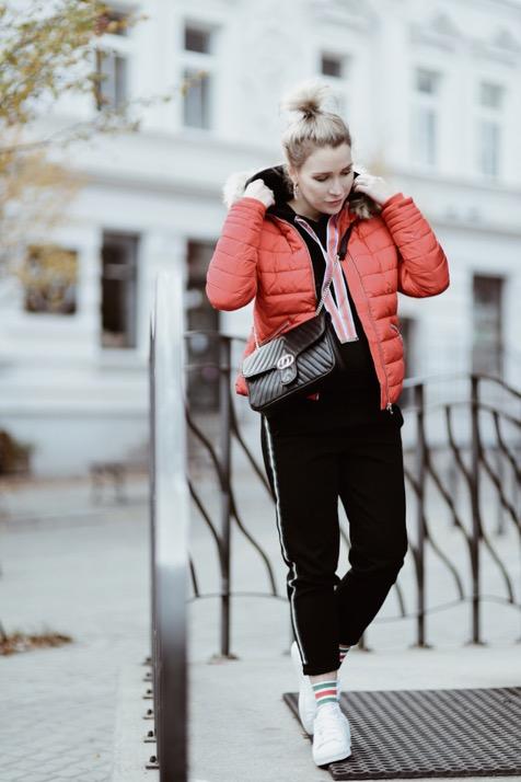 czerwona-kurtka-stylizacje-stylizacja-jak-nosić-do-czego-nosić-do-czego-pasuje