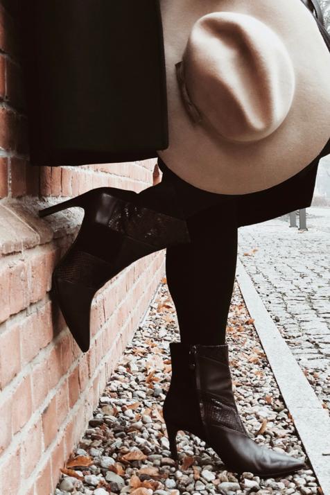 burgundowy-sweter-czarny-płaszcz-beżowy-kapelusz-ołówkowa-spódnica-burgundowe-botki-stylizacja-stylizacje-jak-nosić-do-czego-nosić