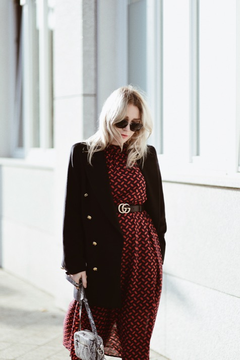 granatowy-płaszcz-ze-złotymi-guzikami-jak-nosić-do-czego-nosić-stylizacje-stylizacja-blog-o-modzie-sylwia-zaręba-gierz