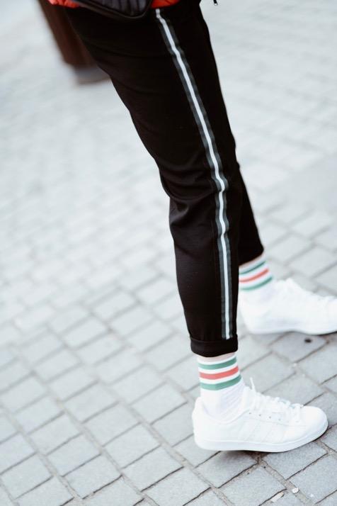 spodnie-z-lampasami-z-lampasem-stylizacje-stylizacja-jak-nosić-do-czego-nosić-do-czego-pasują